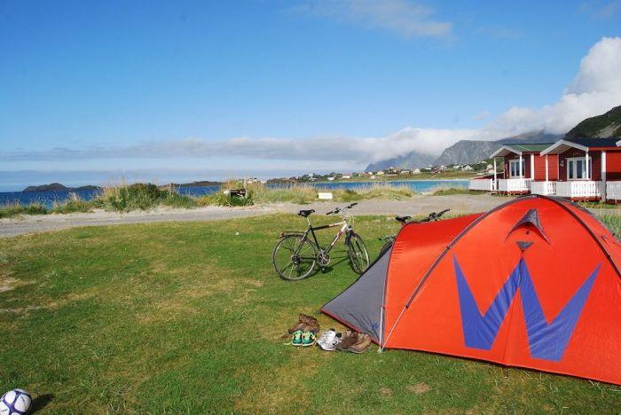 Zelten in den Lofoten im späten Sommer in Ramberg