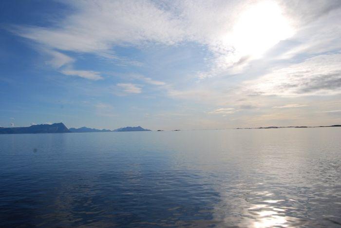Das ruhige Meer wirkt wie ein Spiegel.