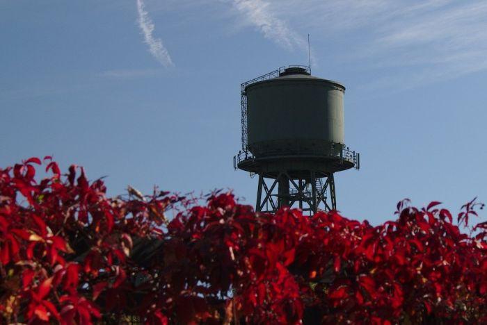 Herbstrot leuchtet der Wasserturm