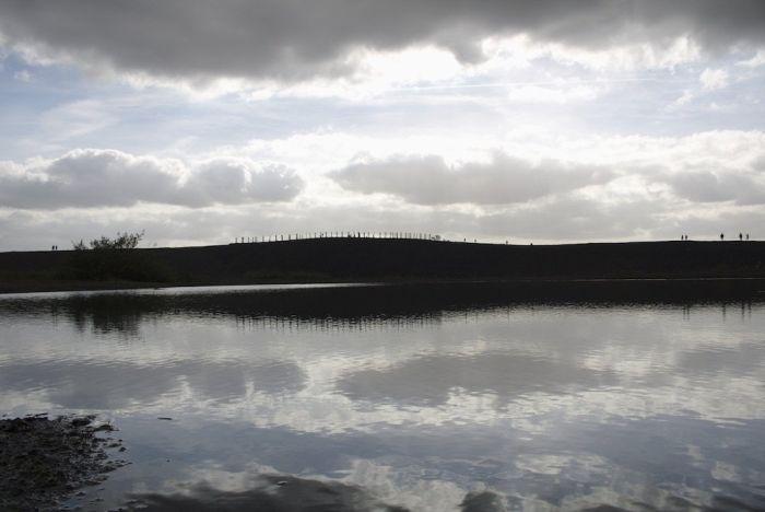 Der See reflektiert zu später Stunde