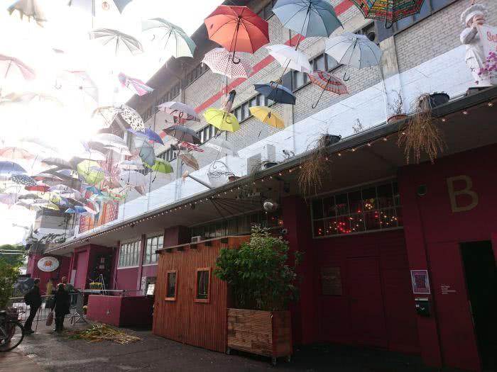 Entlang der Gasse sieht man das Regenschirm-Dach