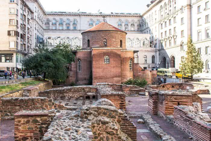 Im Hinterhof steht die Kirche des heiligen George Rotunda