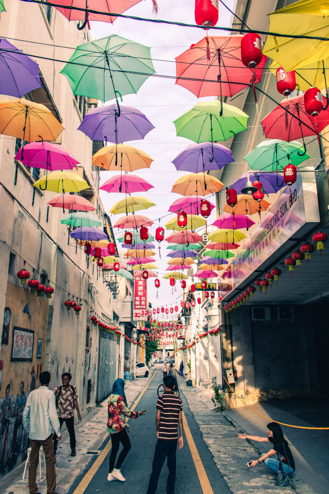 Eine bunte Regenschirmgasse in Ipoh in Malaysia