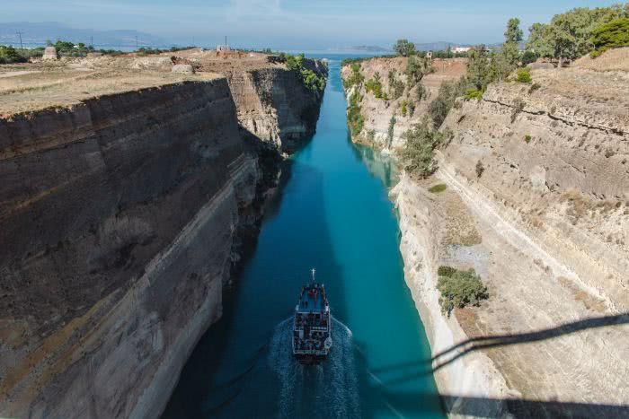 Der Korinth Kanal wurde künstlich angelegt