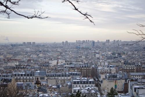 Eine Panorama-Skyline von Paris bei Minusgraden