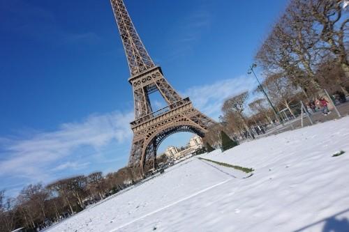 Ein verschneiter Eiffelturm im Januar