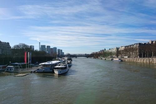 Der Fluss Seine fließt durch Paris
