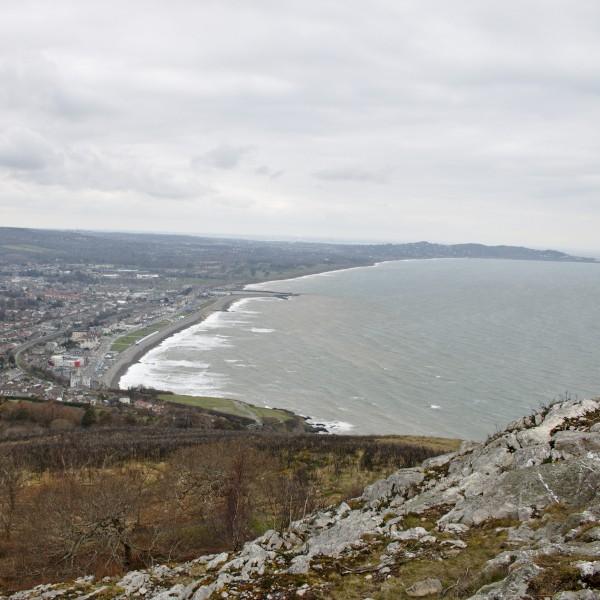 Nicht weit von Dublin liegt die raue See