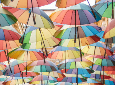 : Schöne Fotospots: bunte Regenschirm Gassen in Europa