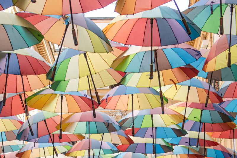 Schöne Fotospots: bunte Regenschirm Gassen in Europa