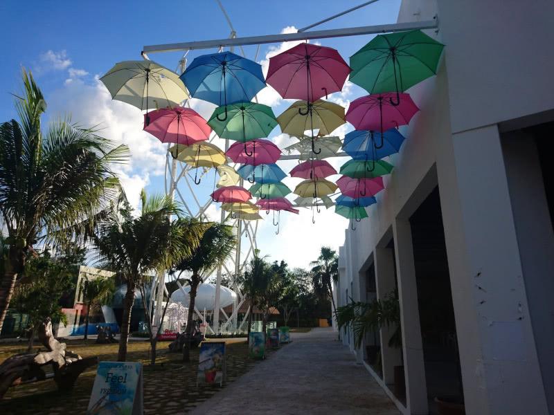 Eine bunte Regenschirmgasse in Tulum in Mexiko
