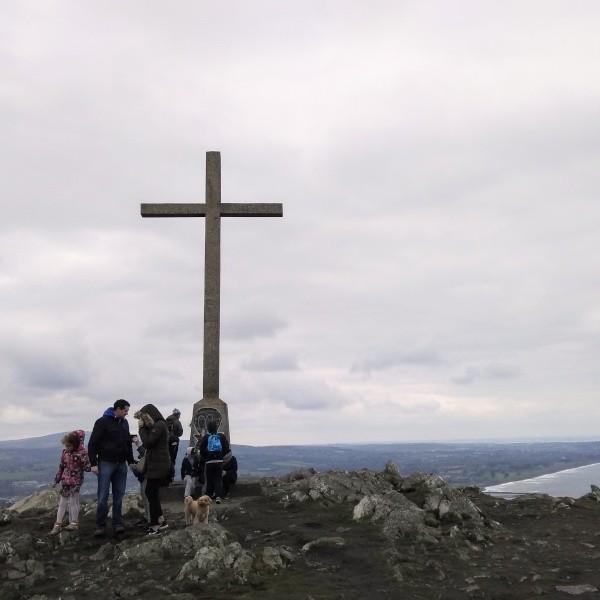Gipfelkreuz etwas außerhalb der Stadt