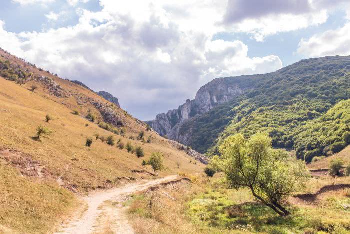 Am Ende des Pfades läuft man entweder weiter ins nächste Dorf oder wieder zurück
