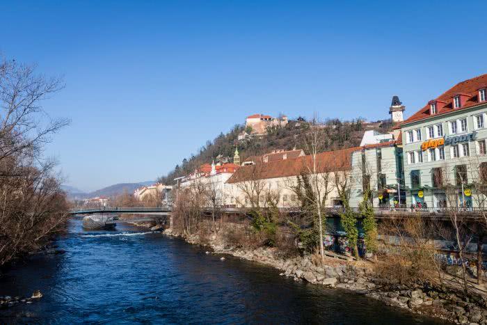 Aussicht auf den Schlossberg und die Murinsel bei der Brücke