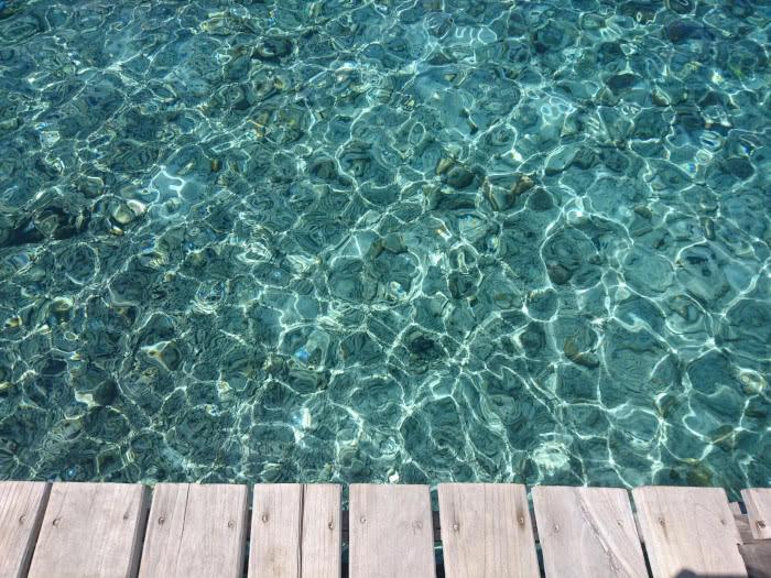 Schimmerndes Meerwasser das zum Schwimmen einlädt