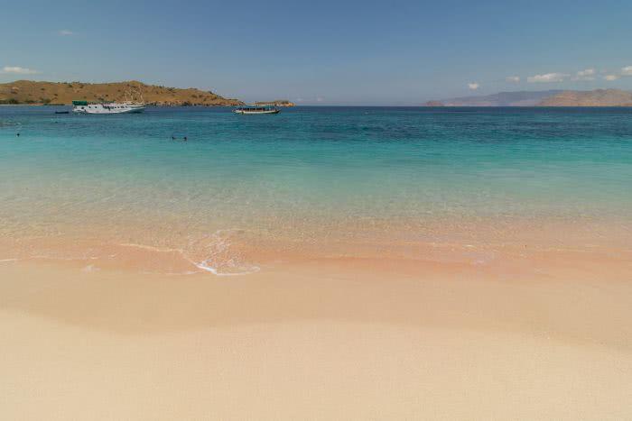Pinkfarbener Sand auf Komodo
