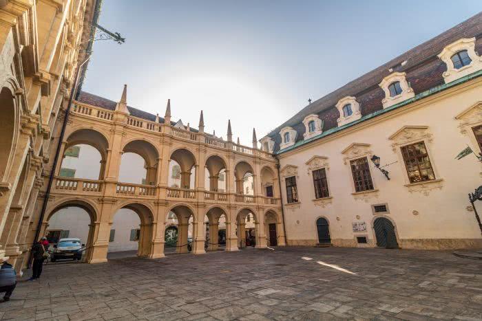 Die Fensterbogen geben ein schönes Fotomotiv im Landhaus Graz