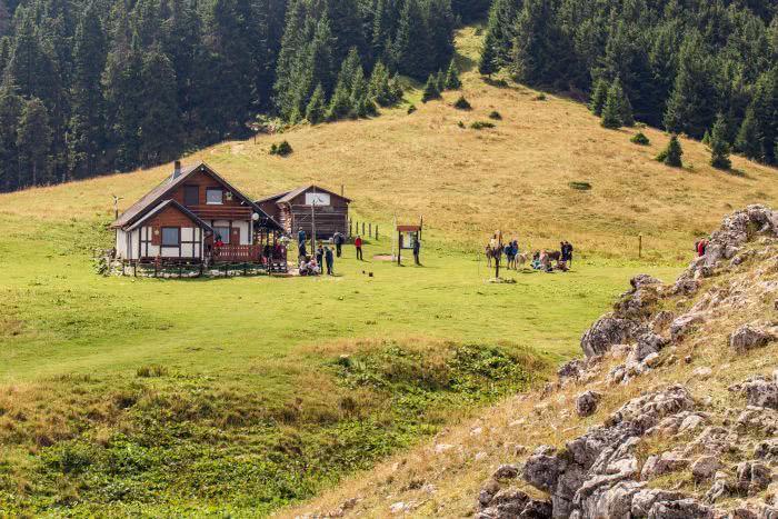 Die Berghütte auf dem Gipfel im Piatra Mare Gebirge