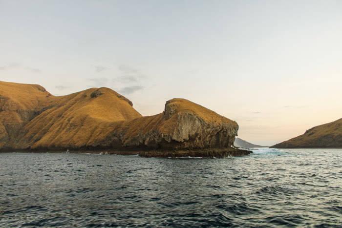 Skurille Felsformationen zwischen den Inseln im Komodo Nationalpark