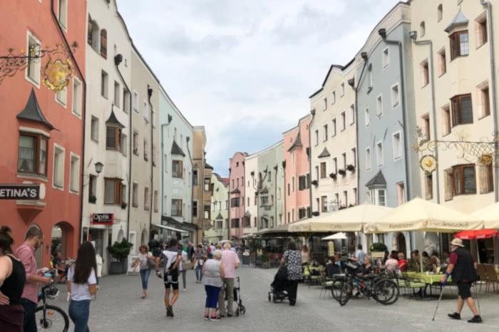 Die bunte Stadt Kramsach in Österreich