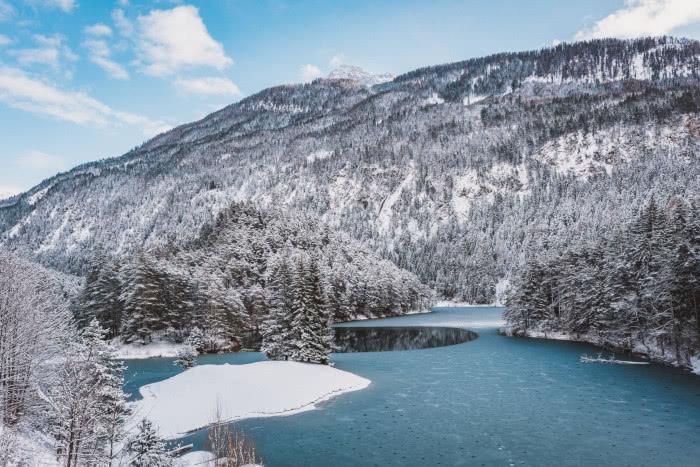 Ein absolutes Postkartenmotiv ist diese Seenlandschaft im Winter