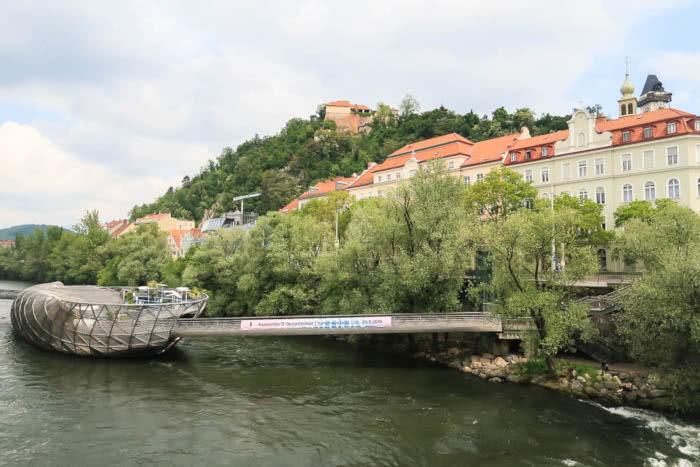 Ausblick auf den Schlossberg und die Murinsel in Graz