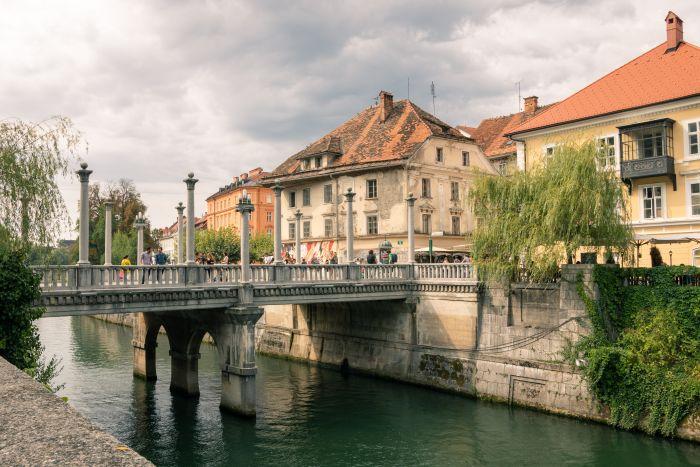Durch die Stadt Ljubljana fließt ein schöner Fluss