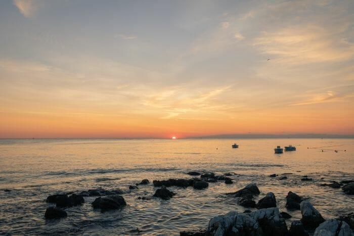 Am Strand von Porec in Istrien zum Sonnenuntergang