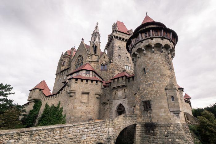 Zwischen Wien und Linz liegt die Burg Kreuzenstein