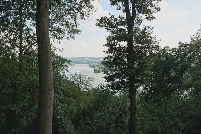 Einige Orte ermöglichen eine tolle Aussicht auf den See