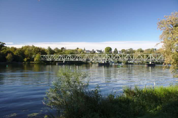Die alte Brücke verbindet die beiden Stadtteile über den Baldeneysee