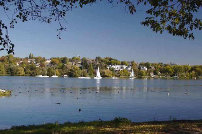 Bei tollem Wetter sieht man viele Boote auf dem Wasser