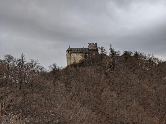 Die Burgruine Gösting im Winter aus der Ferne