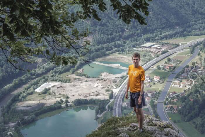 Ein Ausblick mit Sicht auf die Berge und die Autobahn