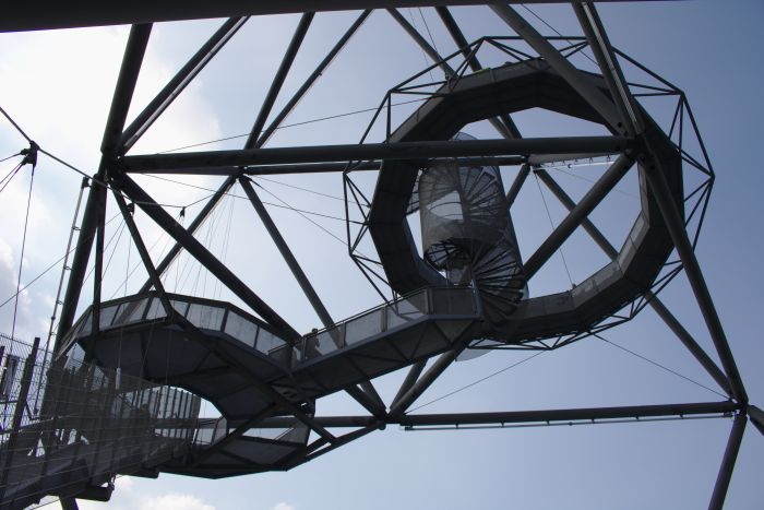 Eine Treppenstufen führen auf eine Aussichtsplattform