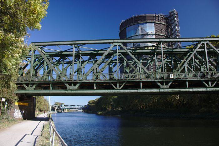 Brücken für Fußgänger, Züge und Autos führen über das Wasser in Oberhausen