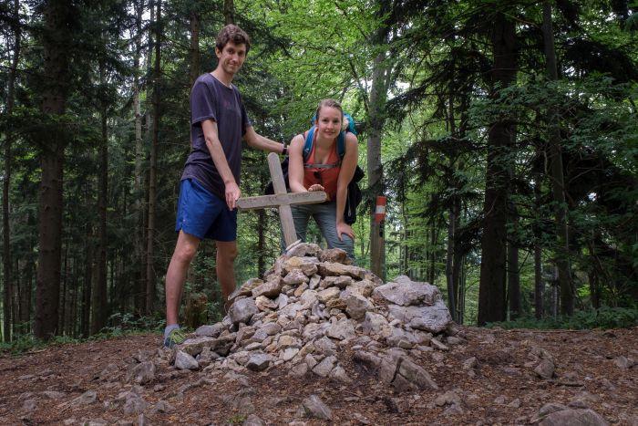 Das Gipfelkreuz der Hohen Rannach liegt mitten im Wald
