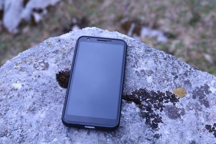 Panzerglas und Schutzhülle schützen das Handy beim Fallen