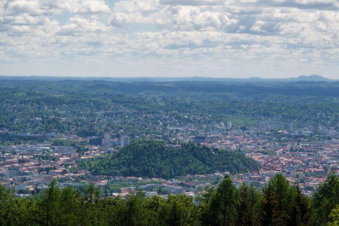 Eine weite Aussicht auf Graz und den Schlossberg