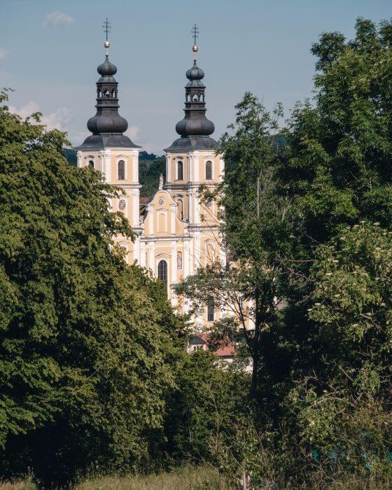 Und dann erscheinte die schöne Basilika Mariatrost durch die Bäume
