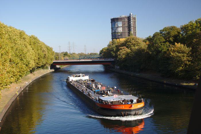 Am Rhein-Herne-Kanal fahren einige Schiffe am Gasometer vorbei