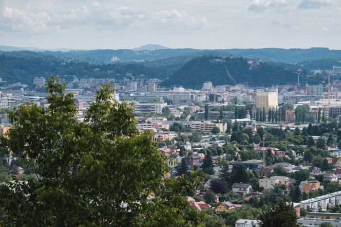 Das schöne an der Wanderung ist die Aussicht auf den beeindruckenden Schlossberg