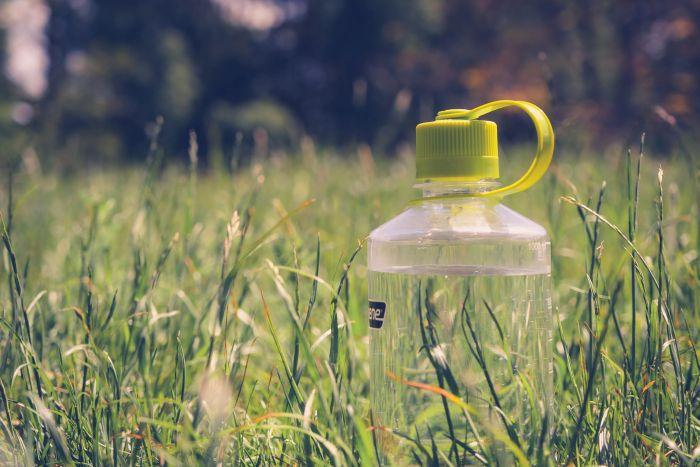 Beim Wandern darf eine robuste Trinkflasche zum Wiederauffüllen nicht fehlen