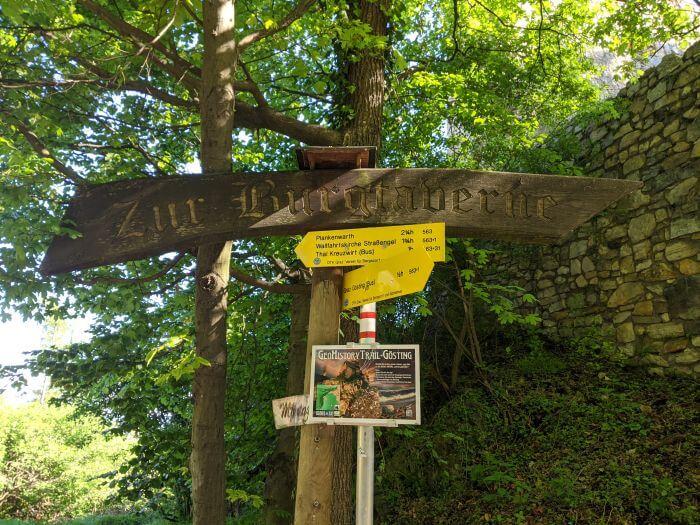 Ein historischer Trail führt entlang der Burgruine Gösting