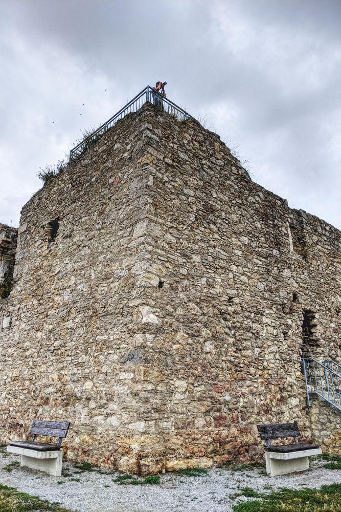 Die Tabor Ruine ist eine Sehenswürdigkeit in Neusiedl