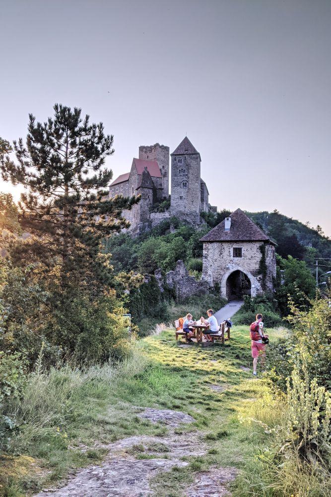 Direkt vor dem Burg Gelände gibt es Picknick-Tische