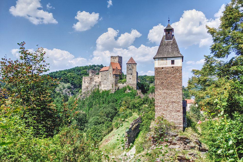 Auf dem Einsiedlerweg hat man viele Aussichten auf die Burg Hardegg