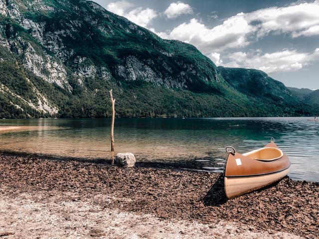 Der Bohinj See liegt im Nationalpark Triglav in Slowenien