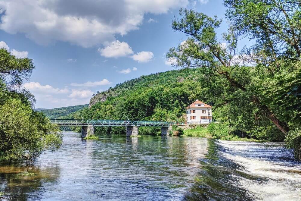 Die Brücke trennt Österreich von Tschechien im Nationalpark Thayatal