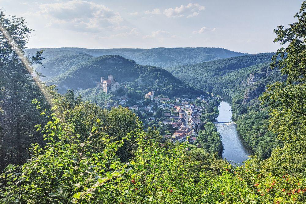 Der Hennerweg ermöglicht eine schöne Aussicht auf die Burg Hardegg